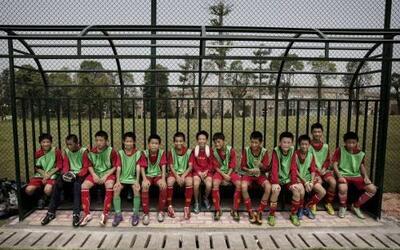 China pone sus esperanzas en estos niños futbolistas que entrenan en la...