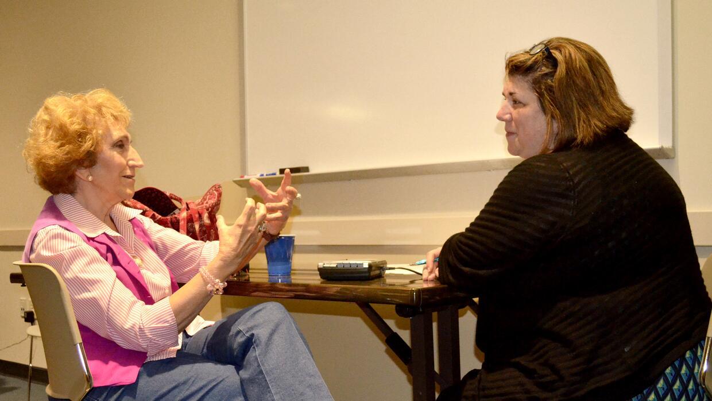 Melissa Tate (der.) aprendió de Cuba a través de Francisca Alonso.