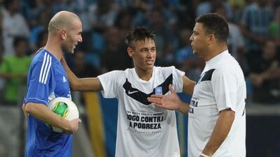 Los ex astros del fútbol mundial jugarán un amistoso para combatir el éb...