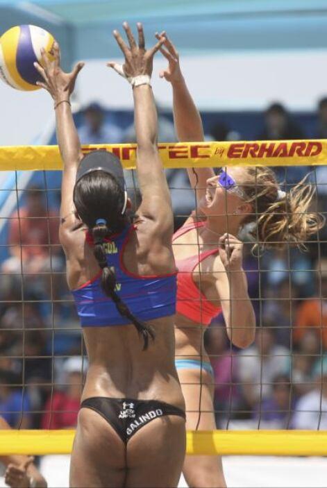 La de espaldas disputando un balón en la red es otra chilena, se llama C...