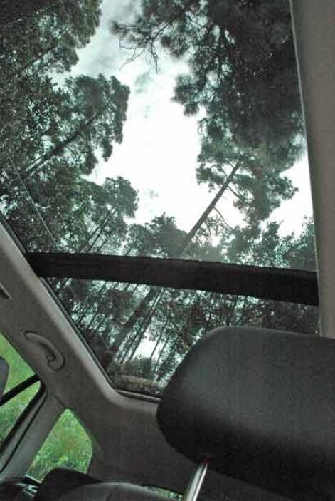 El sunroof panorámico le mucho espacio al interior.