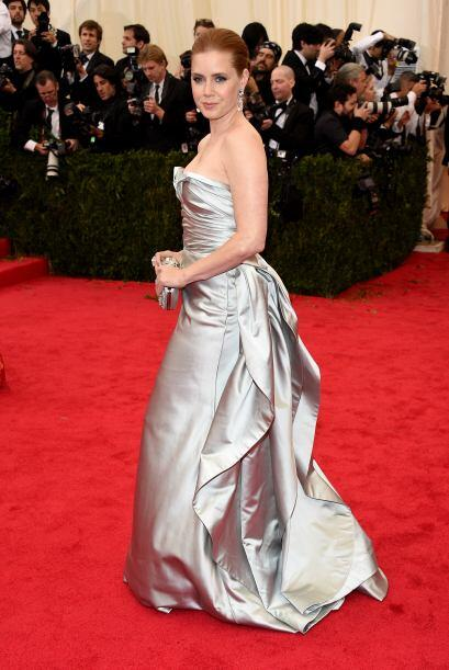 Amy Adams quiso verse sensual con un corte palabra de honor, e indudable...