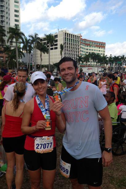 La presentadora corrió al lado de su novio en el Maratón d...