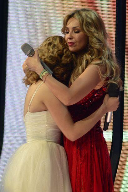 Y la consoló entre sus brazos.