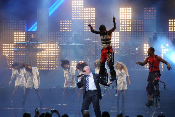 La presentación de Pitbull estuvo acompañada de vistosas estampas en el...