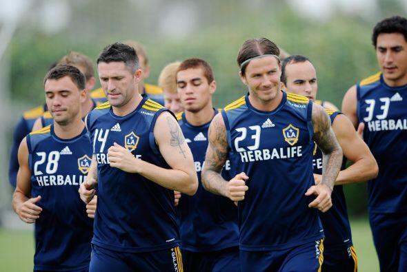 El delantero irlandés Robbie Keane corrió a la par de sus compañeros, si...