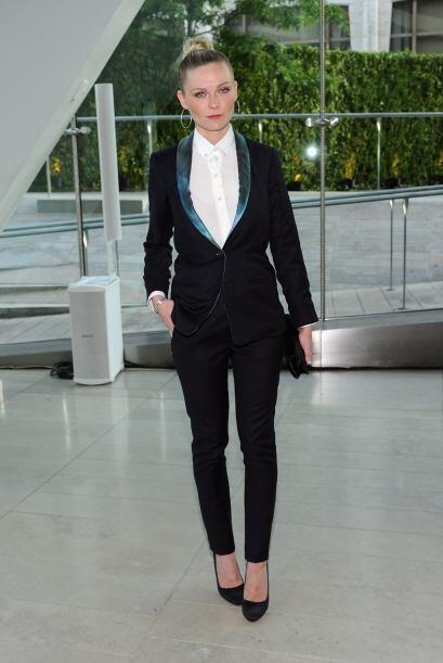 Kirsten Dunts prefirió la elegancia de un 'smoking' muy entallado...