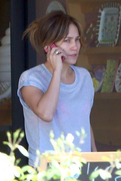 Otra mujer que luce terriblemente mal sin maquillaje es Jennifer Lopez....