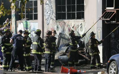 Bomberos continúan con la peligrosa tarea de recuperar cadáveres en el a...