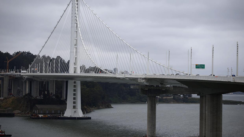 Buscan a una mujer que pudo haber caído del Bay Bridge