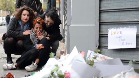 Una mujer llora en uno de los sitios de los ataques en París