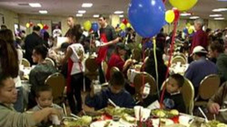 Familias en Phoenix disfrutando de la cena de accion de gracia