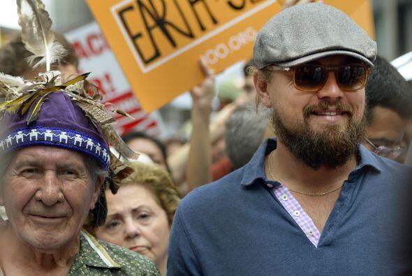 DiCaprio caminando por 6th Avenue.