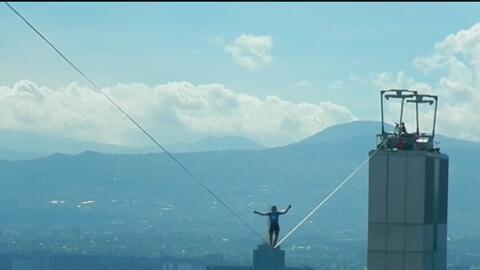 Un alemán cruzó el Paseo de la Reforma de México en una cuerda floja y a...