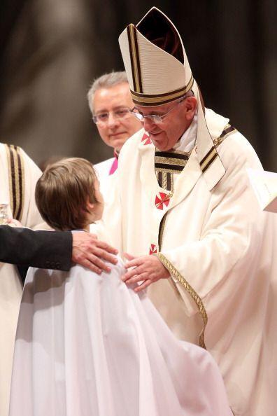 De este modo, el papa vertió el agua bendita sobre la cabeza de estas di...