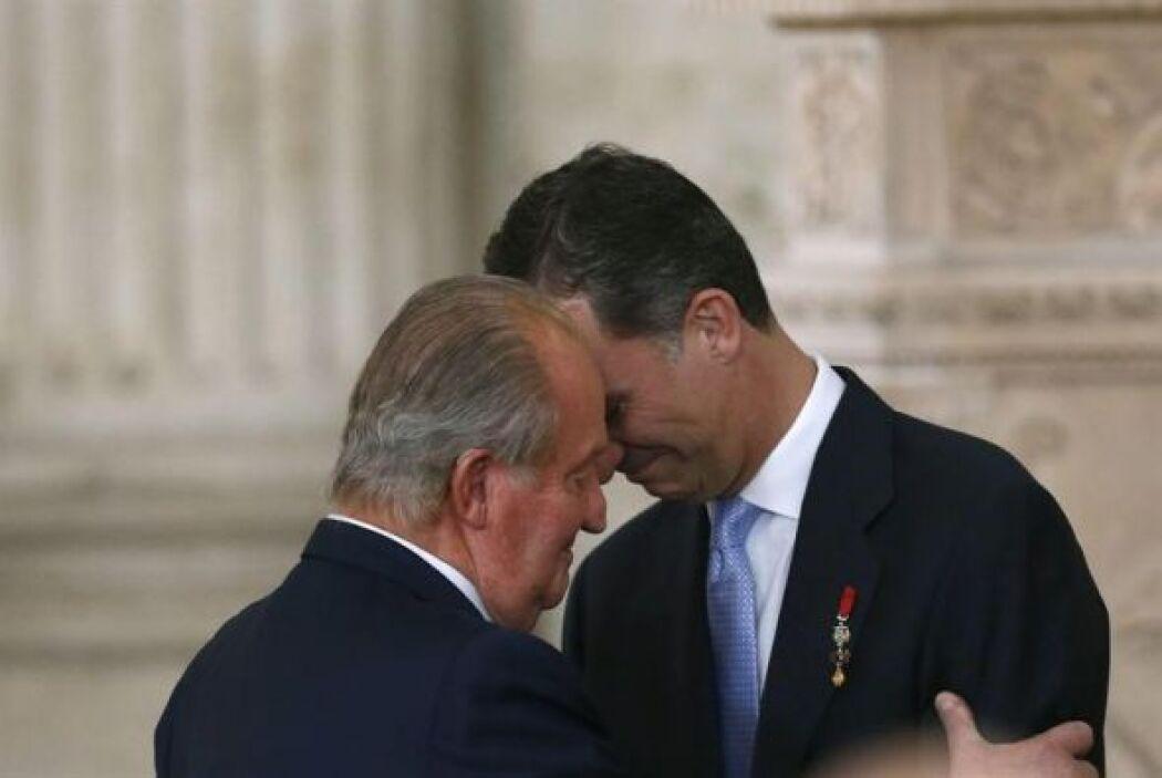 El Rey Juan Carlos abraza al Príncipe de Asturias, Felipe de Borbón.