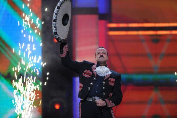 Este hombre sigue elevándose como la espuma. El cantante mexicano Pepe A...