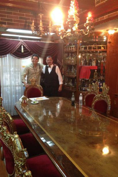 Guadalupe Mendoza es el administrador del restaurante; él brome&o...