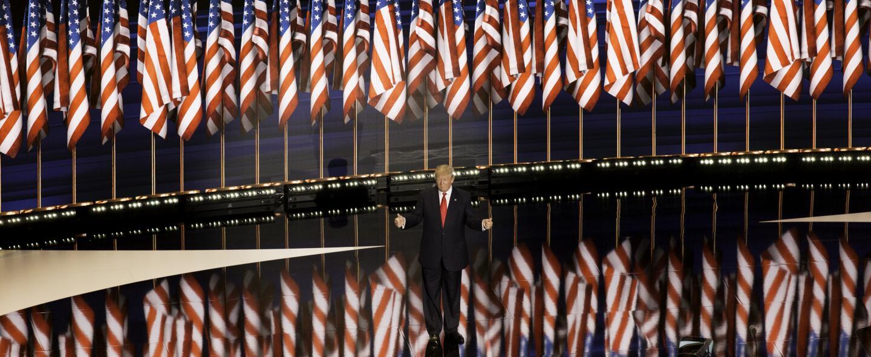 El momento de la noche, la salida de Donald Trump a dar su discurso de a...