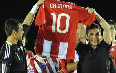 La selección de Paraguay homenajeó a Salvador Cabañas previo al amistoso...