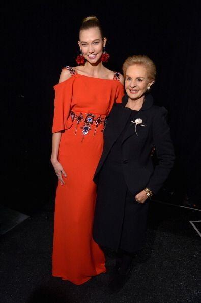 La 'top model' Karlie Kloss abrió la presentación con un abrigo negro de...