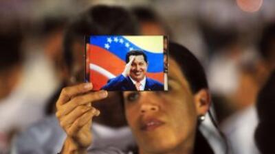 Chavistas oran por la salud del mandatario venezolano, Hugo Chávez.