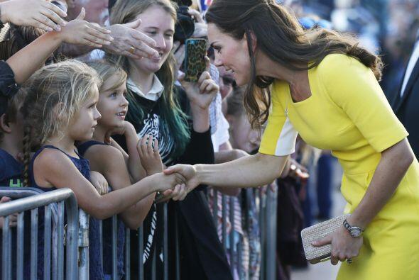 La duquesa de Cambridge se mostró muy accesible. Más video...