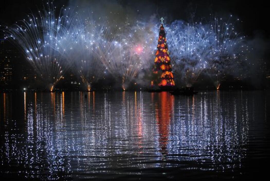 El árbol navideño mide 85 metros de altura, pesa 542 toneladas y fue con...