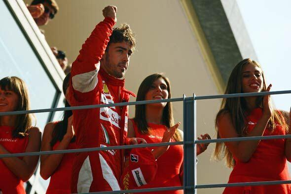 Alonso festejó su tercer victoria de la temporada escoltado por la belle...