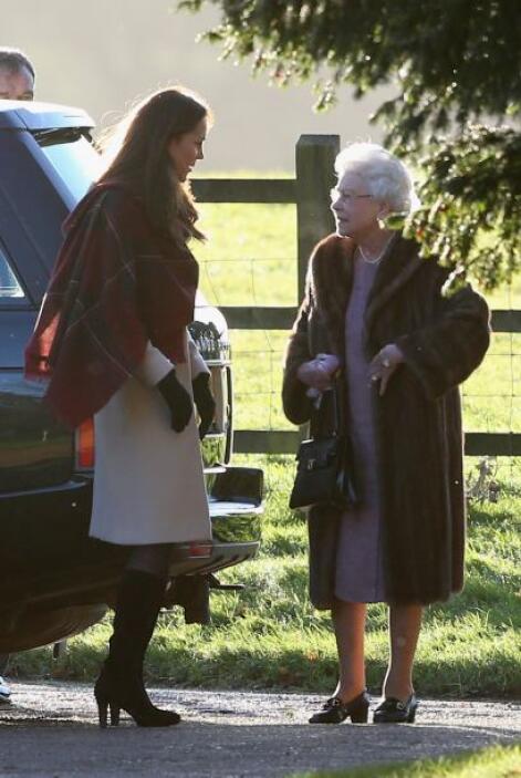 Aquí Kate y la reina Isabel II platicando antes del servicio religioso....