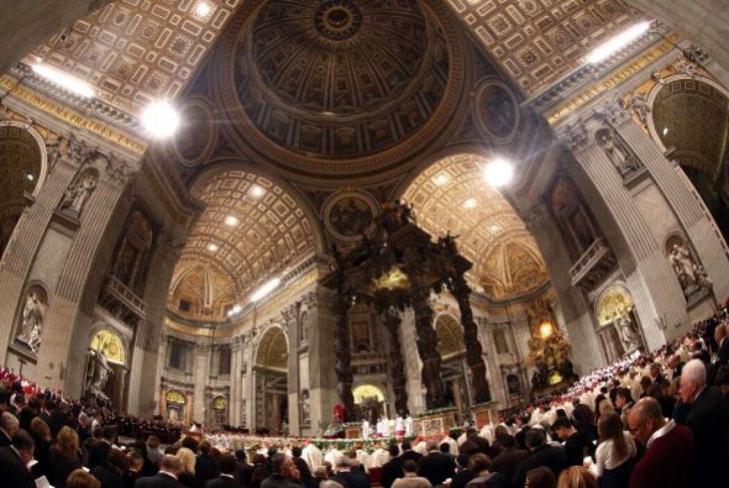 Esta Vigilia Pascual comenzó con una basílica de San Pedro completamente...