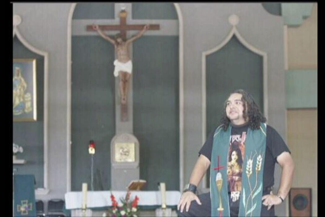 El Padre Gofo es un cura fuera de lo comun. Le gusta el rock, anda en mo...