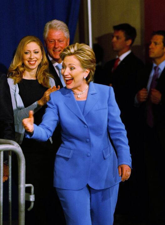 Los malabares de Bill Clinton para apoyar a Hillary con su atuendo Getty...