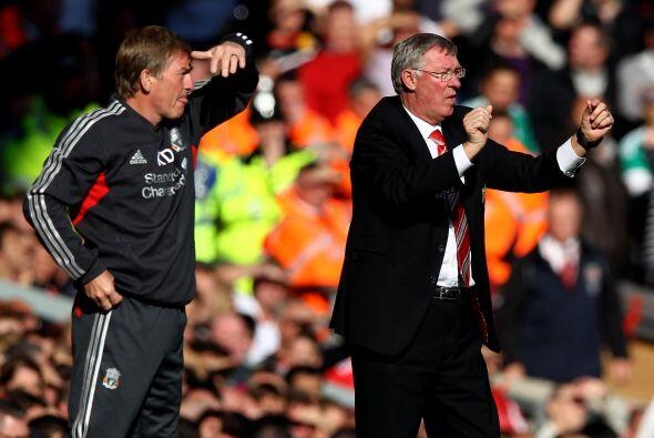 Keny Dalglish, técnico del Liverpool no ve bien el tamaño...