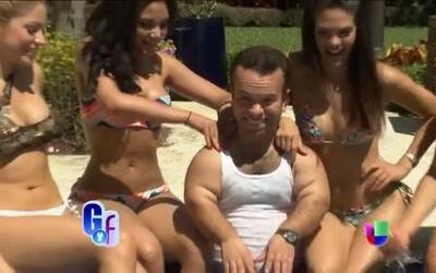 El método de relajación de Carlitos el productor, rodeado de chicas sexy...