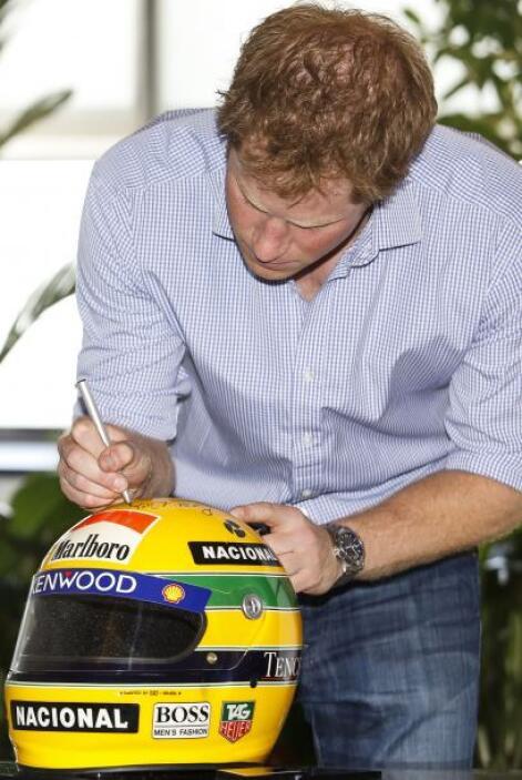 El príncipe Harry visitó el Instituto Ayrton Senna, donde firmó un casco...