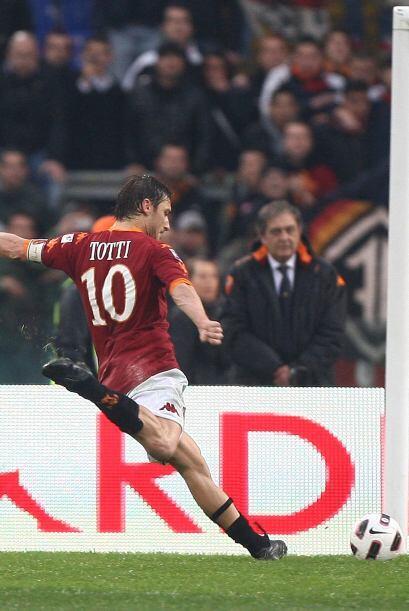 Y fue el propio Francsco Totti quien acertó de penal al minuto 90 para a...