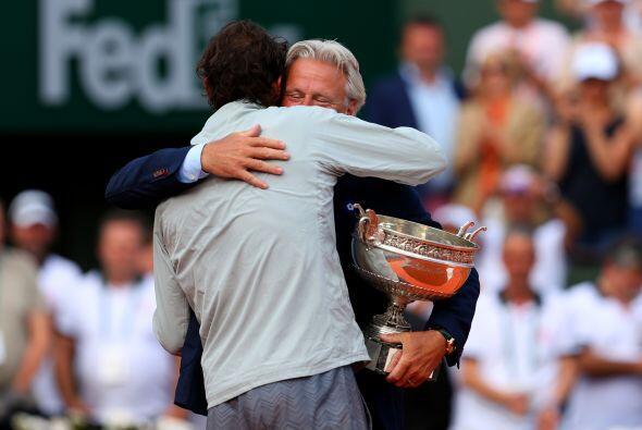 El mítico tenista sueco Björn Borg felicitando al campe&oacu...