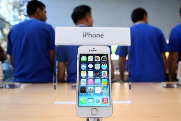 El nuevo iPhone 5S y 5C salió a la venta en nueve países alredor del mun...