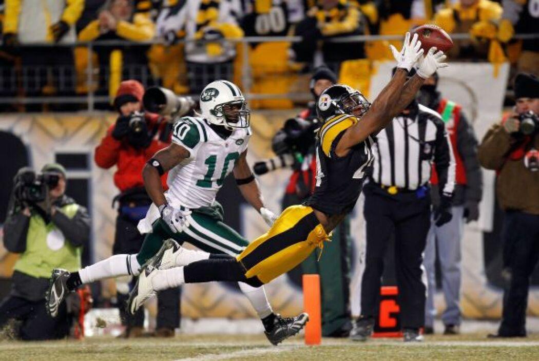 El esquinero de Pittsburgh Ike Taylor #24 tratando de interceptar el bal...