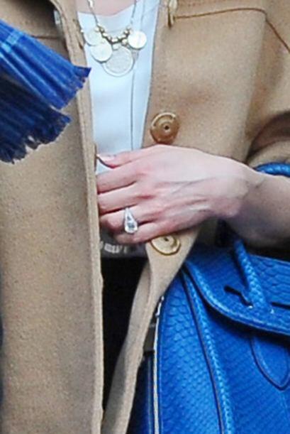Aquí podemos ver el anillo de compromiso que Johnny le regal&oacu...
