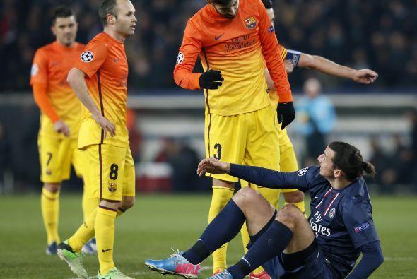 Piqué se ganó la amarilla por esa acción.