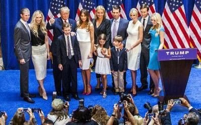 Donald Trump con sus hijos y nietos, en plena campaña política