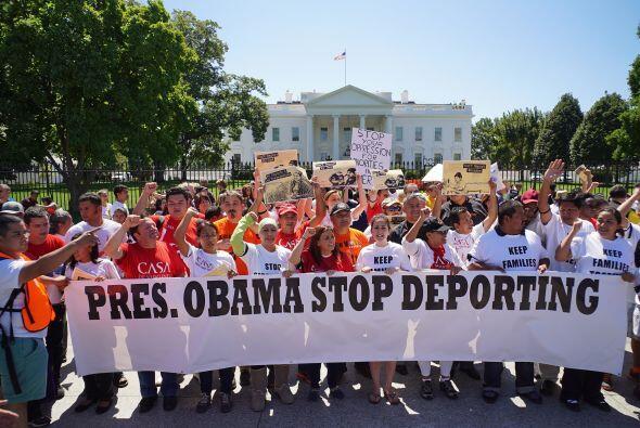 Activistas e inmigrantes marcharon frente a la Casa Blanca para pedirle...