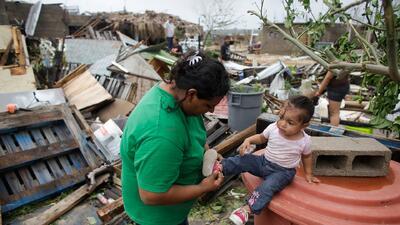 Mexicanos y turistas tratan de recuperarse del azote del huracán Odile
