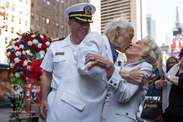El veterano Sydnor Thompson, de 90 años, besa a su esposa, Harriette Tho...