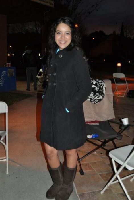 Una de las valientes que amaneció afuera del National Hispanic University.