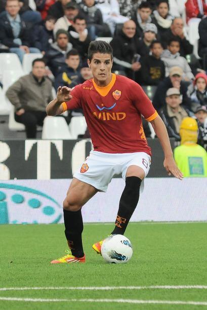 Juega en la posición de delantero y actualmente se desempeña en el Totte...