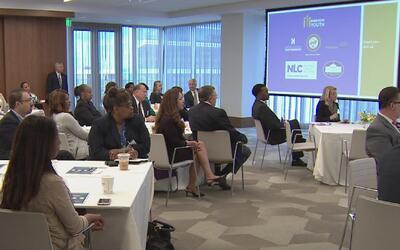 Sylvester Turner, alcalde de Houston, anuncia programa de empleo para jó...