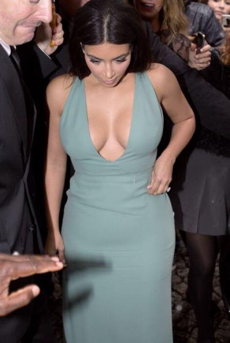 Este vestido azul turquesa de Valentino saca a relucir todo lo que Kim s...